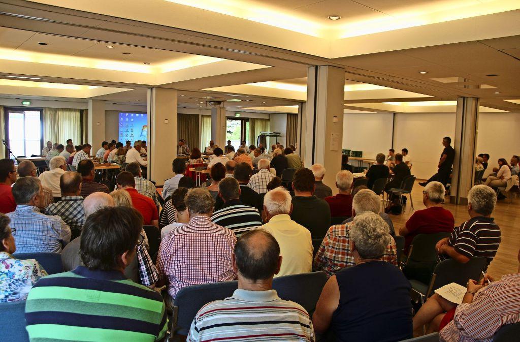 Die Zuschauerreihen waren voll besetzt, als sich der Gemeinderat (Hintergrund) am Montag mit der Umfahrung befasste. Foto: Rüdiger Ott