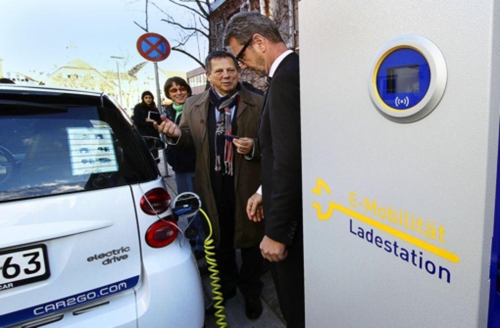 Bürgermeister Brenner lässt sich das Laden des Autos erklären. Foto: factum/Bach