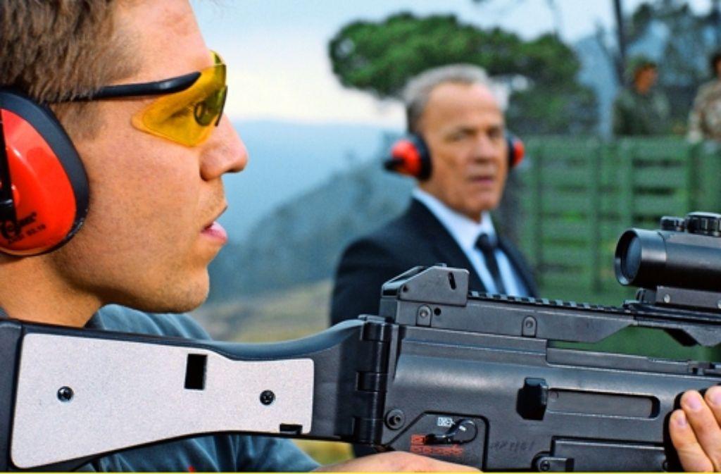 Alex Stengele (Heiner Lauterbach) hat Peter Zierler (Hanno Koffler, vorne) mit nach Mexiko genommen, damit der Schütze die ausgezeichneten Qualitäten des deutschen Sturmgewehrs präsentieren kann. Foto: SWR-Pressestelle/Fotoredaktion