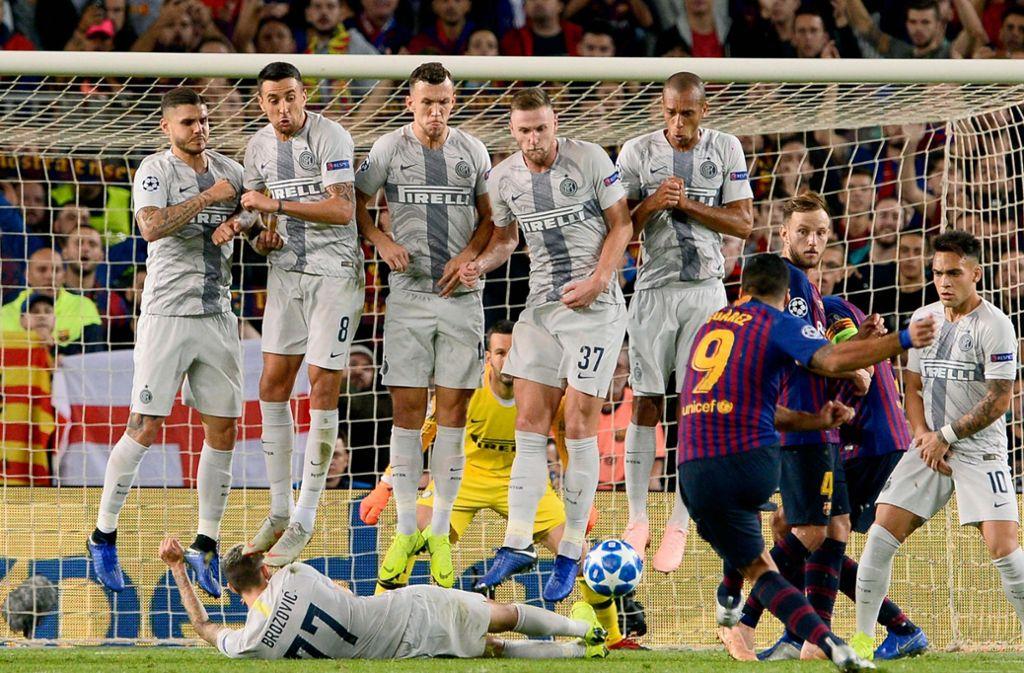 Marcelo Brozovic (unten) von Inter Mailand mit vollem Körpereinsatz gegen den FC Barcelona. Foto: AFP