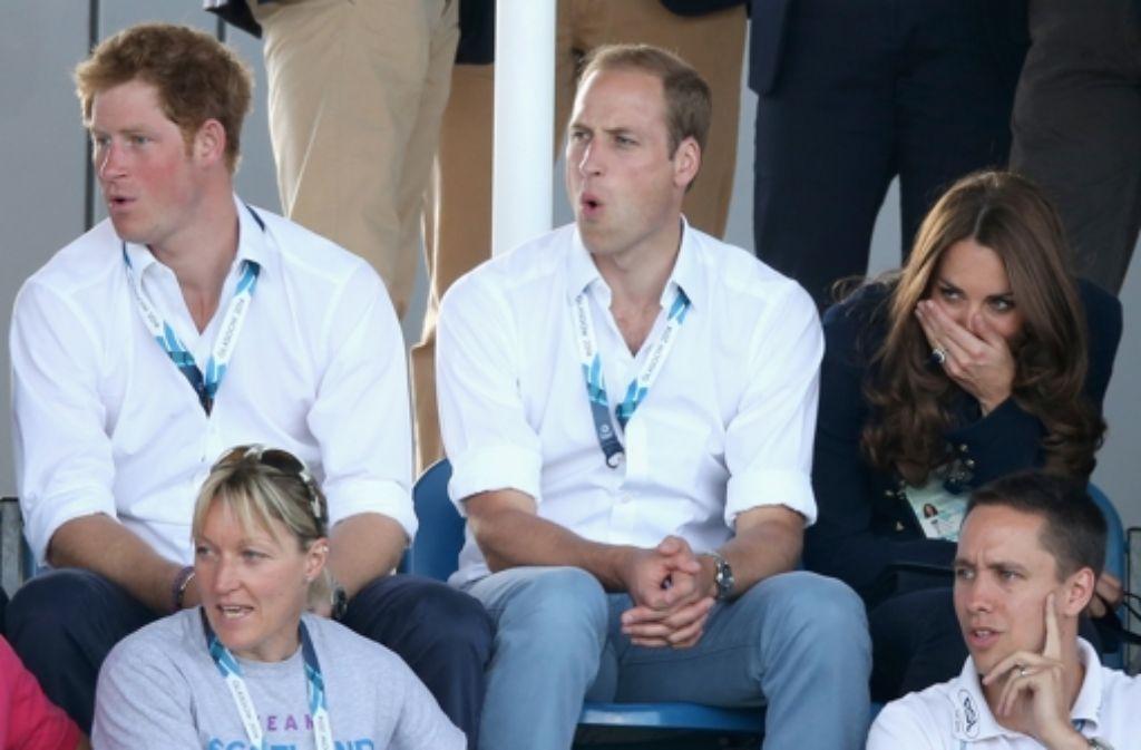 Uh, das hätte ins Auge gehen können: Prinz Harry, Prinz William und dessen Frau, Herzogin Kate, verfolgen das Hockey-Match zwischen Schottland und Wales. Foto: Getty Images Europe