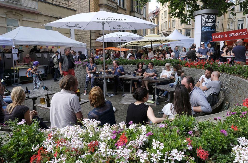 Gemütliches Zusammensitzen am Mozartplätzle im Heusteigviertel. Foto: Lichtgut/Michael Latz