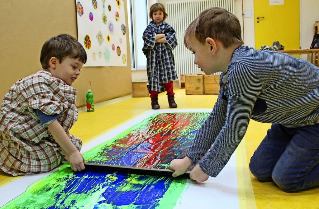 Malte (links) und Vincent verleihen dem Bild einen roten Touch. Foto: Jacqueline Fritsch