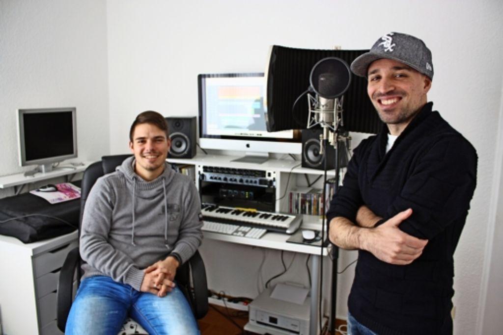 Dominik Beck (links) und Alex White im eigenen Studio in Steinenbronn. Dort nehmen die beiden ihre Songs auf. Foto: Rebecca Stahlberg