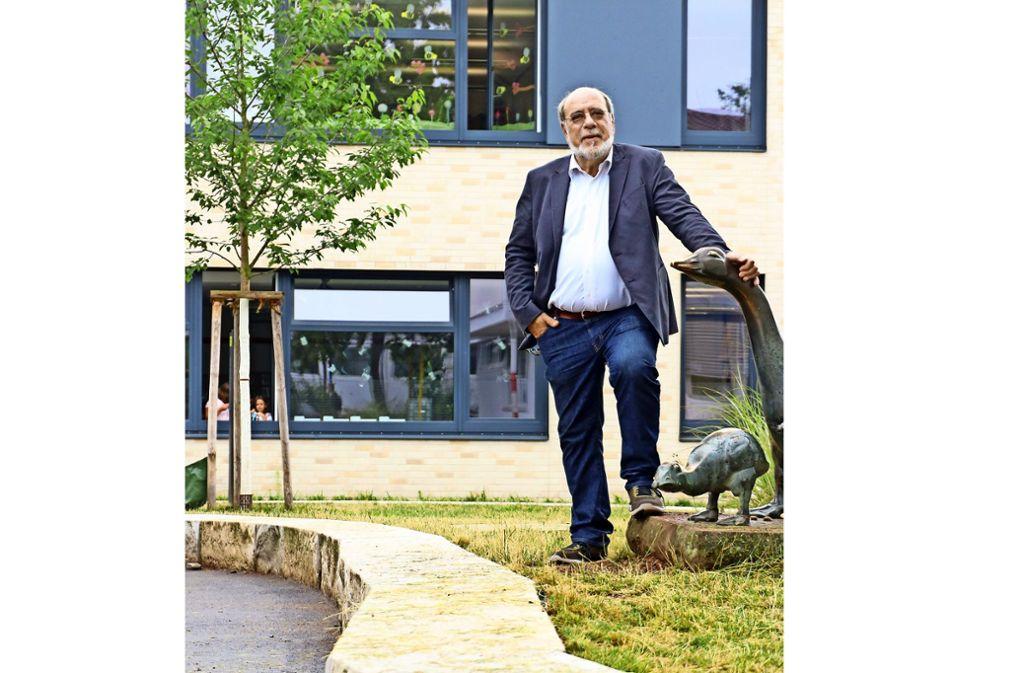 Jetzt heißt es, Abschied nehmen: Gerhard Kicherer vor dem Neubau  des Schulzentrums. Foto: factum/Granville
