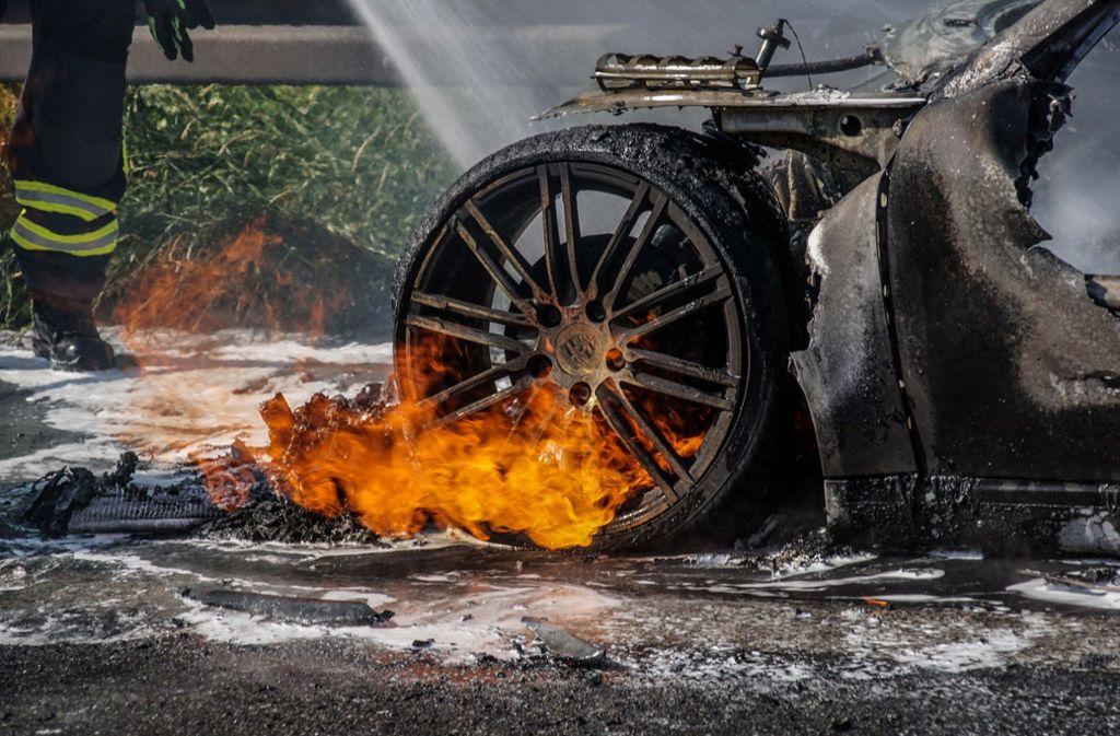 Vom Porsche 911 Carrera bleiben auf der Autobahn  nur noch traurige Reste. Foto: SDMG