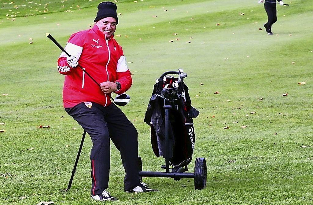 Golfanfänger Hansi Müller  macht aus dem Schläger eine Gitarre. Foto: Christof Sage