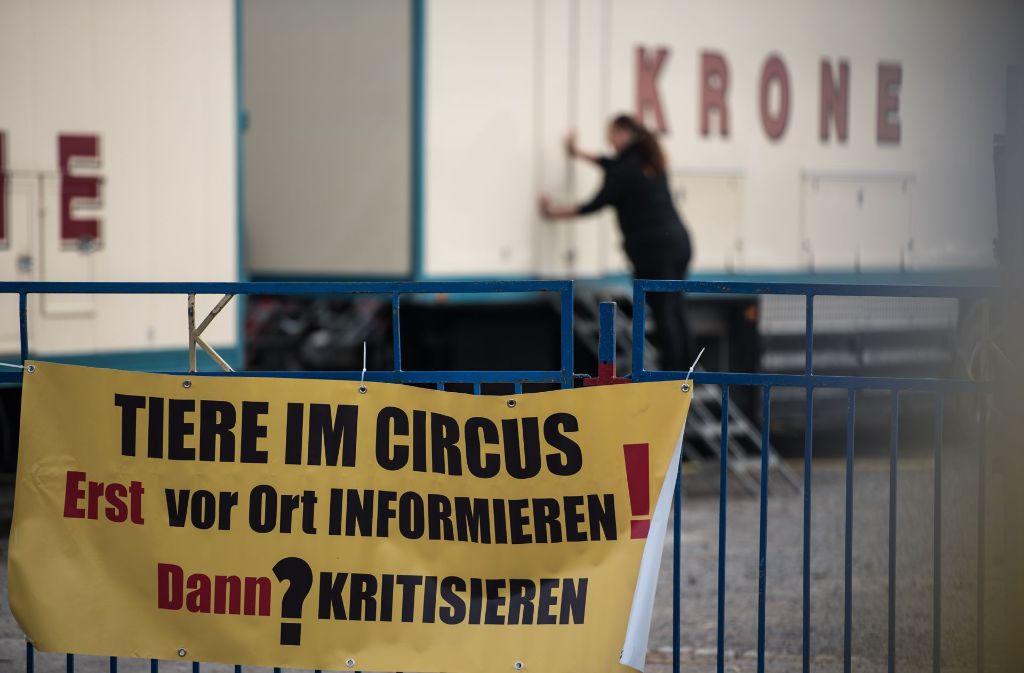 """Die """"Circusfreunde Deutschland"""" und das Aktionsbündnis """"Tiere gehören in den Circus"""" haben gegen das drohende Wildtierverbot in Stuttgart demonstriert. Foto: Lichtgut/Max Kovalenko"""
