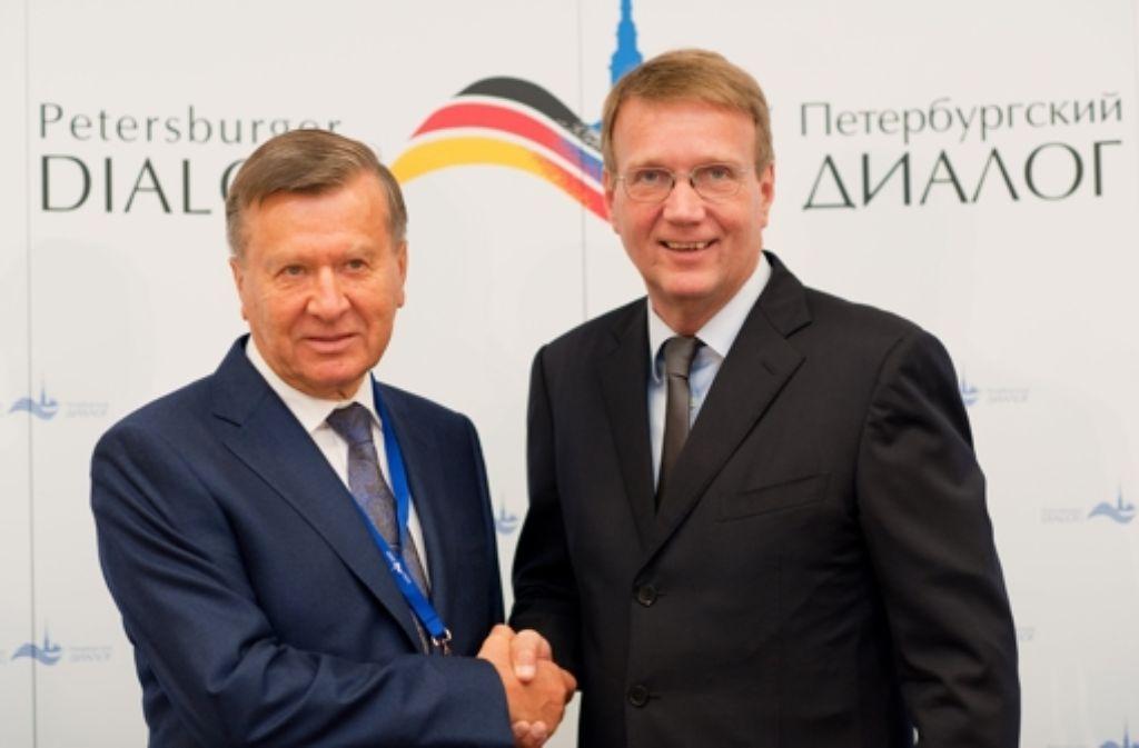 Doppelspitze für den Petersburger Dialog:  Wiktor Subkow (li) und Ronald Pofalla eröffneten eine neue Runde der deutsch-russischen Gesprächsrunde in Potsdam. Foto: dpa