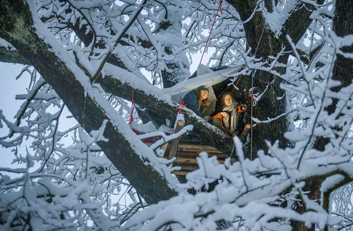Winterdienst im Ravensburger Baumhaus. Samuel Bosch (links) und Emma Junker müssen ganz schön auf die Zähne beißen. Foto: Gottfried Stoppel