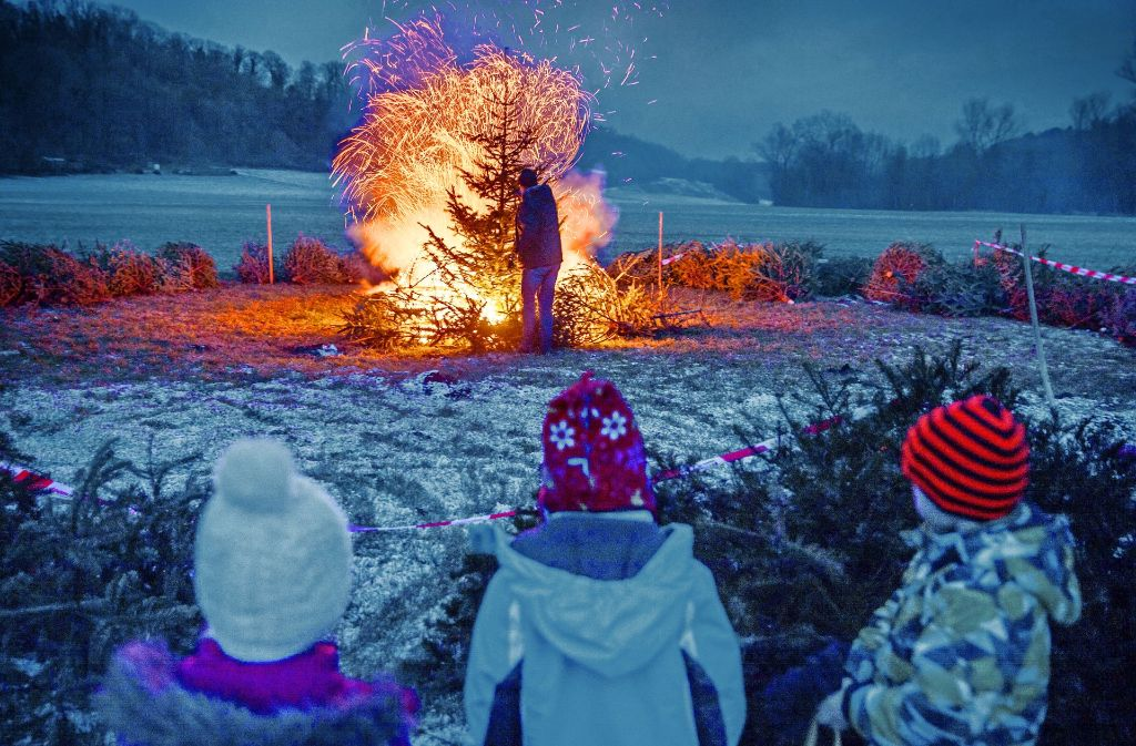 Das Christbaumfeuer ist eine spektakuläre Angelegenheit. Foto: Gottfried Stoppel