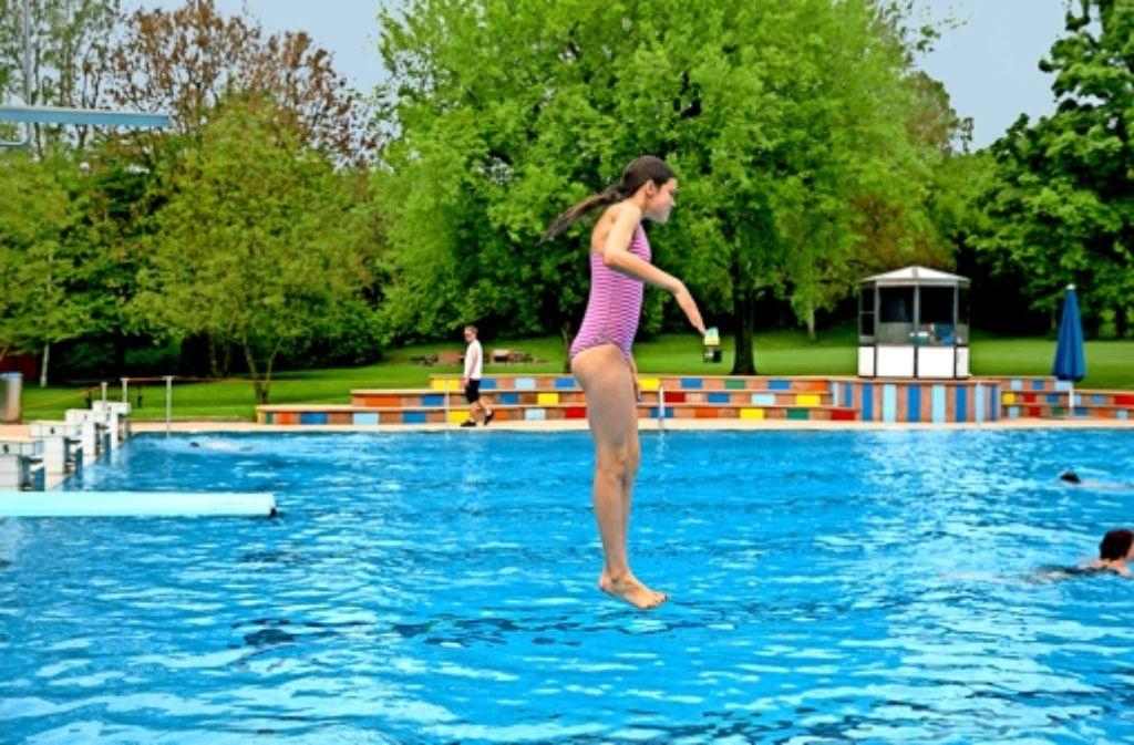 Viel Platz zum Springen hatten die Besucher im Möhringer Freibad.Foto:Horst Rudel Foto: