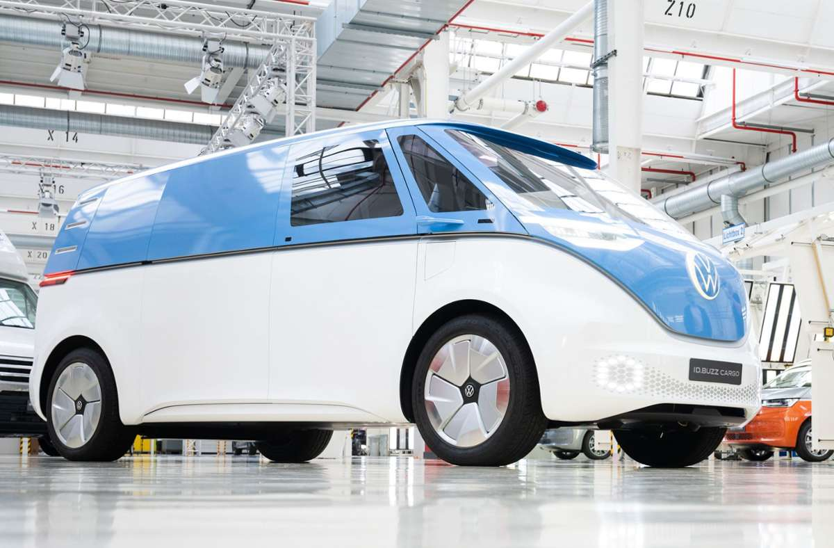 VW setzt auf E-Mobilität, wie hier beim  Elektrobus ID.Buzz. Bis 2040 sollen fast 100 Prozent der neuen Konzernfahrzeuge  in den Hauptmärkten emissionsfrei sein. Foto: dpa/Julian Stratenschulte