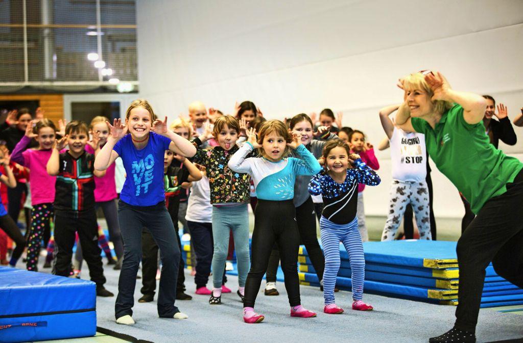 Für einen Spaß zwischendurch beim Training sind die Schlierbacher Akro-Kids und ihre Trainerin Beate Haller immer zu haben. Foto: Ines Rudel