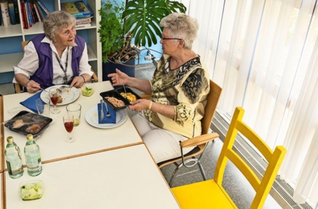 Ella Hornung (links) ist gerne mit anderen zusammen – und hilft noch lieber. Vorlaut beim Jubiläumsabend Foto: factum/Weise