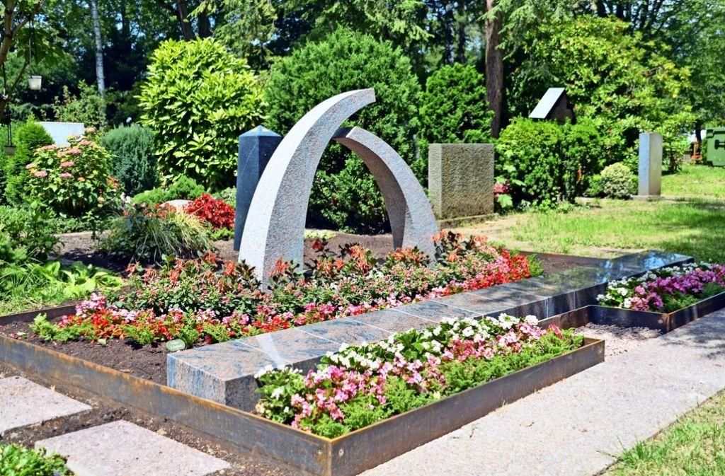 Bei den Urnengemeinschaftsgräbern kümmern sich Friedhofsgärtner und Steinmetze um die Pflege. Es bleibt keine Arbeit an den Angehörigen hängen.  Namenssteine und -Tafeln personalisieren die Gräber. Foto: Sandra Hintermayr