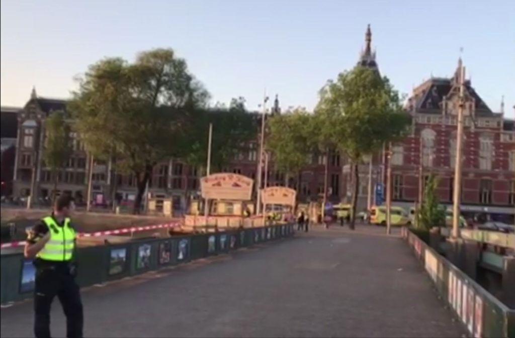 In Amsterdam ist ein Mann vor dem Hauptbahnhof in eine Menschenmenge gerast. Die Polizei vermutet, dass es nicht Absicht war. Foto: AP