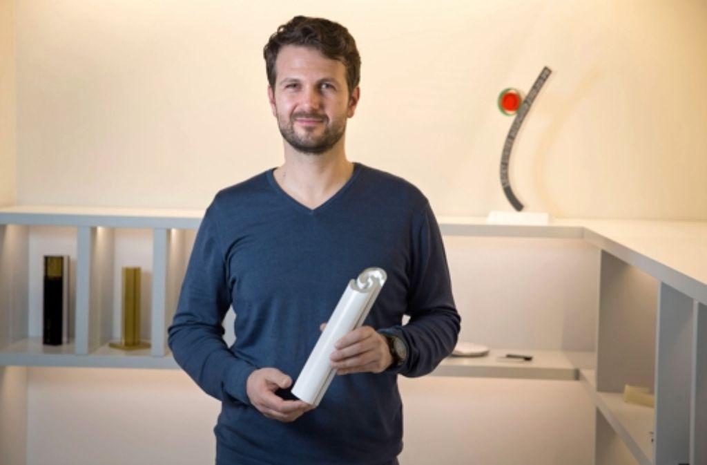 Marco Flaig von der Agentur Phoenix Design hat den Pokal für den Stuttgarter des Jahres entworfen. Die Juroren des Ehrenamtspreises stellen wir in der folgenden Bilderstrecke vor. Foto: Michael Steinert