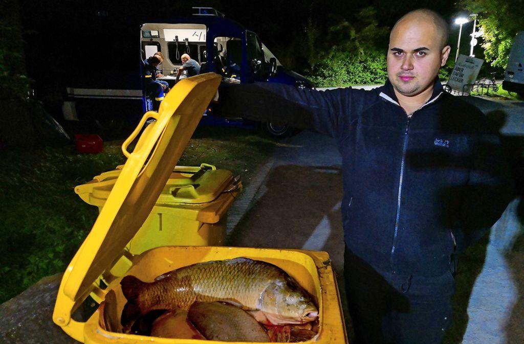 Miro Ribolovac vom Anglerverein und eine Tonne voll verendeter Fische Foto: Fotoagentur Stuttg/Andreas Rosar