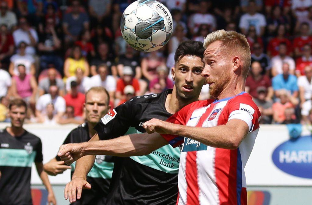 Das Hinspiel in Heidenheim war eine enge Kiste, wie hier im Duell zwischen Atakan Karazor (VfB Stuttgart) und Marc Schnatterer (1. FC Heidenheim). Foto: Baumann