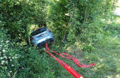 Ford bei Unfall in Böschung geschleudert –  zwei Personen verletzt