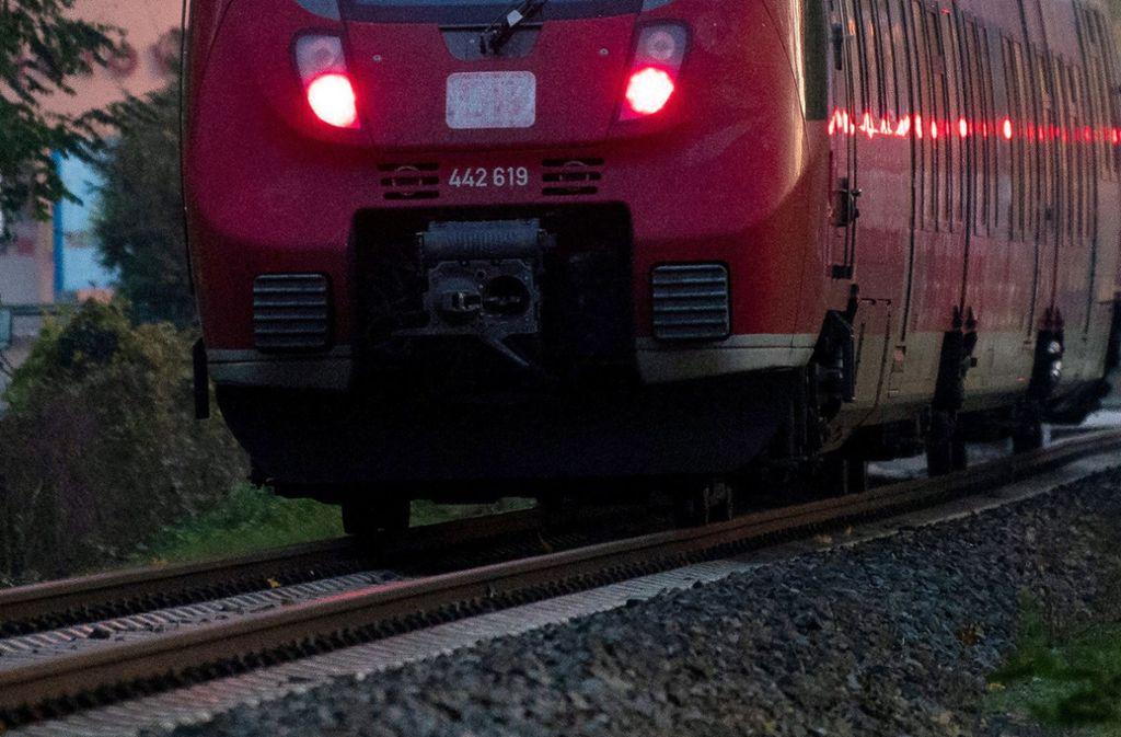 Der Lokführer musste eine Vollbremsung einlegen (Symbolbild). Foto: dpa/Soeren Stache