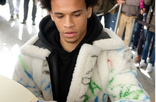 Leroy Sane kommt im 25.000-Euro-Outfit