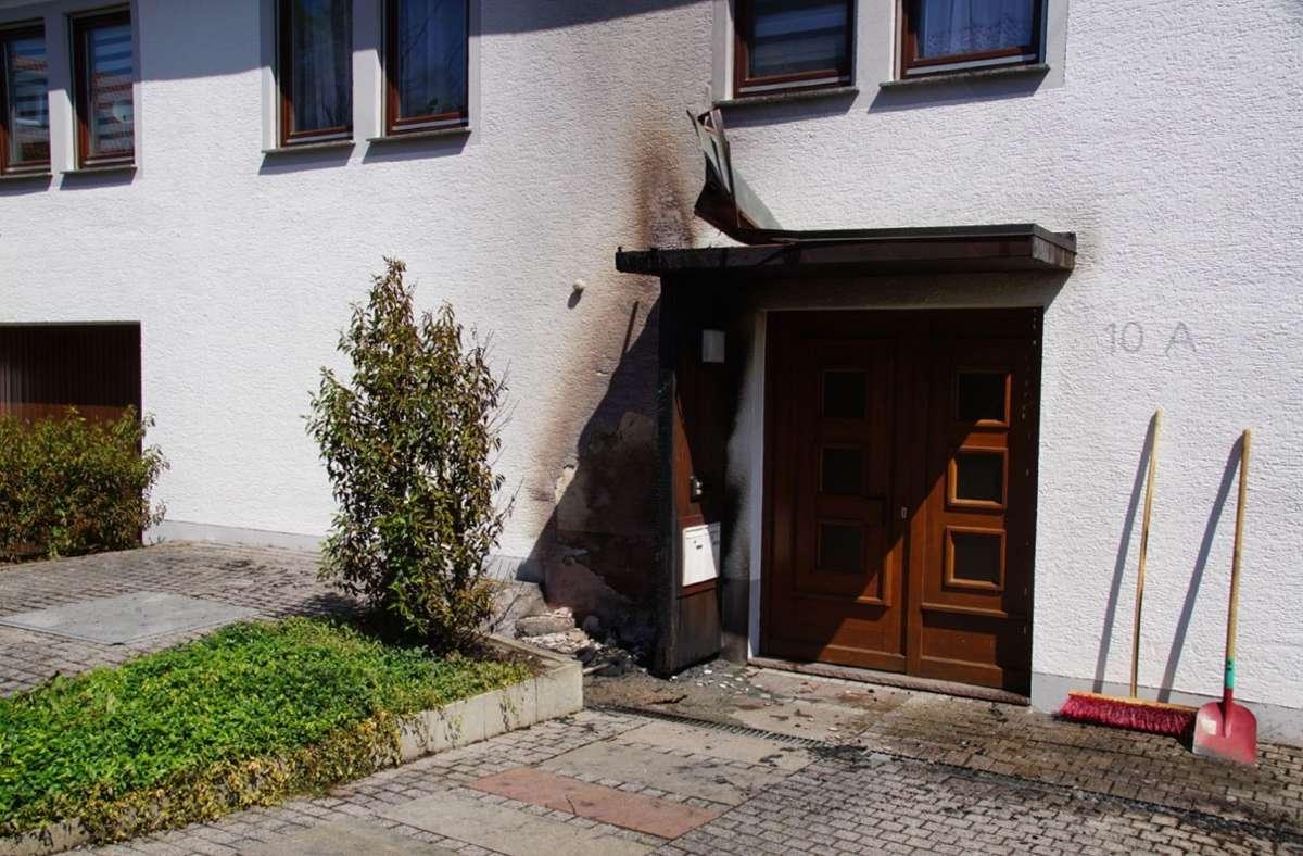 Die Fassade und das Vordach des Hauses sind beschädigt worden Foto: SDMG/SDMG / Boehmler