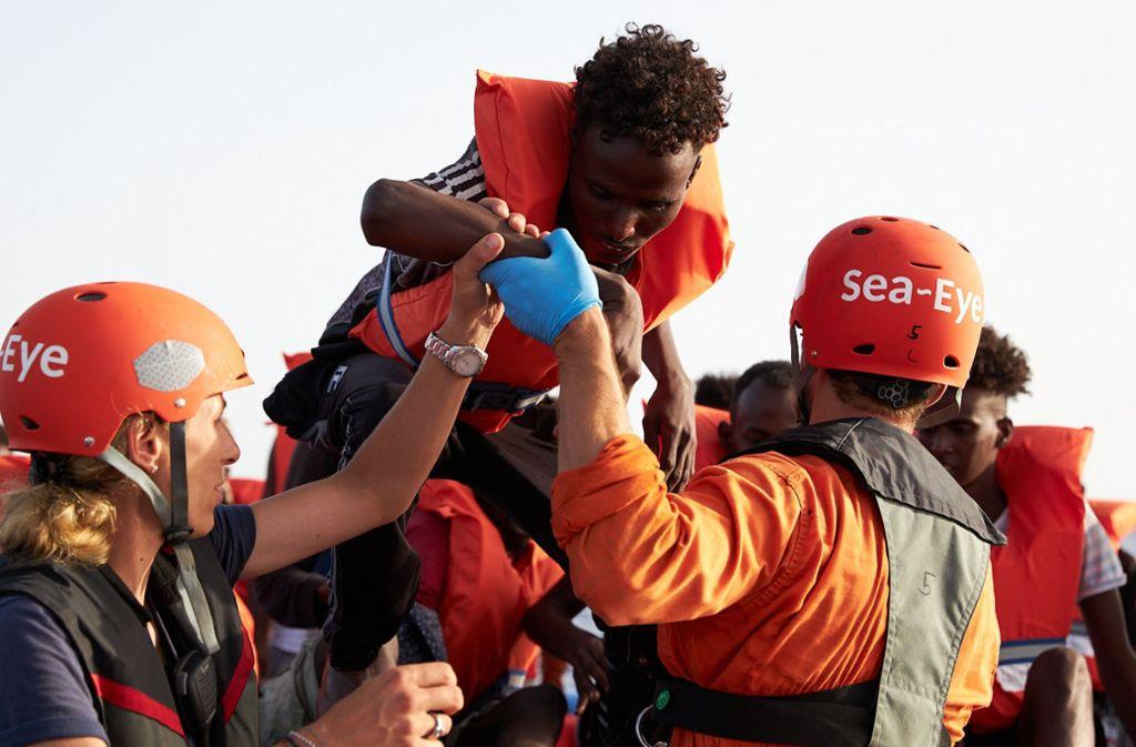 Seenotretter holen Flüchtlinge aus dem Mittelmeer: Solche Szenen veranlassten Stuttgarter Stadträte nun zum Handeln. Foto: dpa/Fabian Heinz