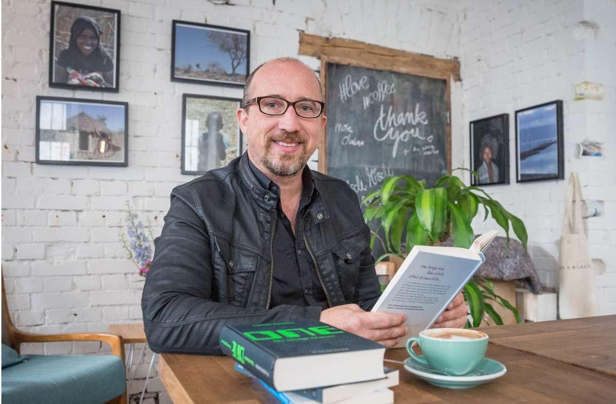 Der Jugendbuchautor Tobias Elsässer macht eine App zur Metapher für existenzielle Fragen. Foto: Lichtgut/Julian Rettig