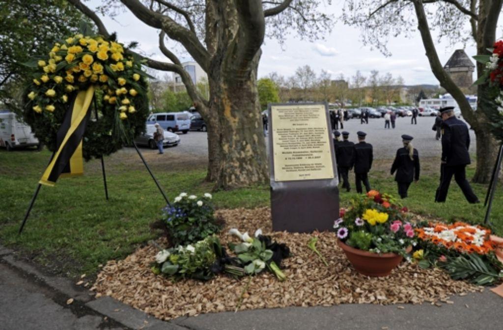 Der Gedenkstein für die getötete Polizeibeamtin am Tatort in Heilbronn Foto: Archiv