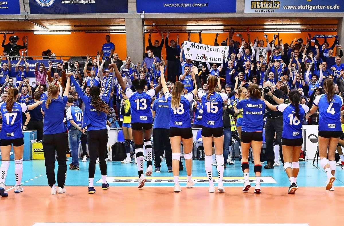 Feiernde MTV-Volleyballerinnen vor einer voll besetzten Tribüne: Solche Bilder wird es nächste Saison in Stuttgart erst mal nicht geben. Foto: Baumann