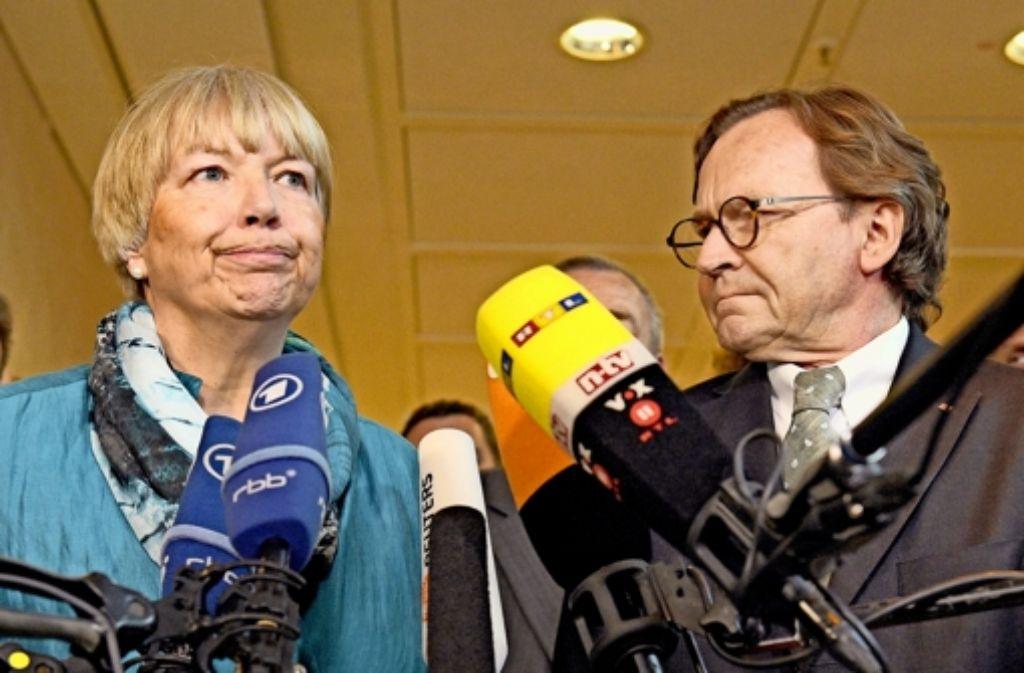 Regina Rusch-Ziemba, stellvertretende EVG-Vorsitzende,  und  Ulrich Weber, Personalvorstand der Bahn haben sich  auf einen  Tarifabschluss geeinigt. Foto: dpa