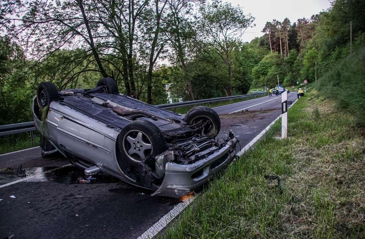 Die 21-jährige Fahrerin und ihre 16-jährige Beifahrerin wurden verletzt. Foto: SDMG/Dettenmeyer
