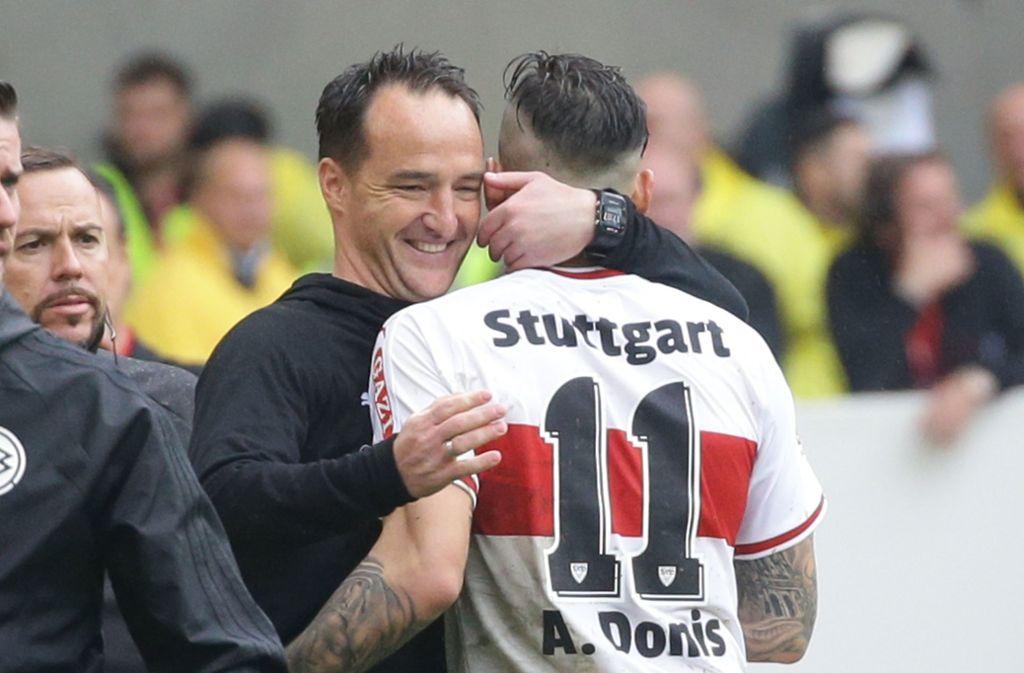 Jubel bei Trainer Nico Willig vom VfB Stuttgart nach dem 3:0-Sieg gegen den VfL  Wolfsburg. Foto: Pressefoto Baumann