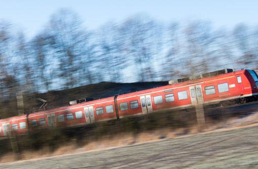 Unbekannter bewirft Regionalbahn bei Eutingen