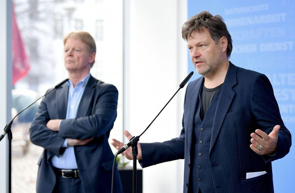 DGB-Chef Hoffmann (links) und Grünen-Vorsitzender Habeck nach dem Treffen in Berlin: Die Gewerkschaften stehen zwar traditionell der SPD nahe. Mit den Grünen können sie inzwischen aber auch ganz gut. Foto: dpa-Zentralbild