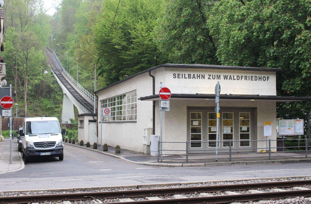 Direkt an der Straße liegt die Talstation der Seilbahn am Südheimer Platz. Foto: Bettina Künzler