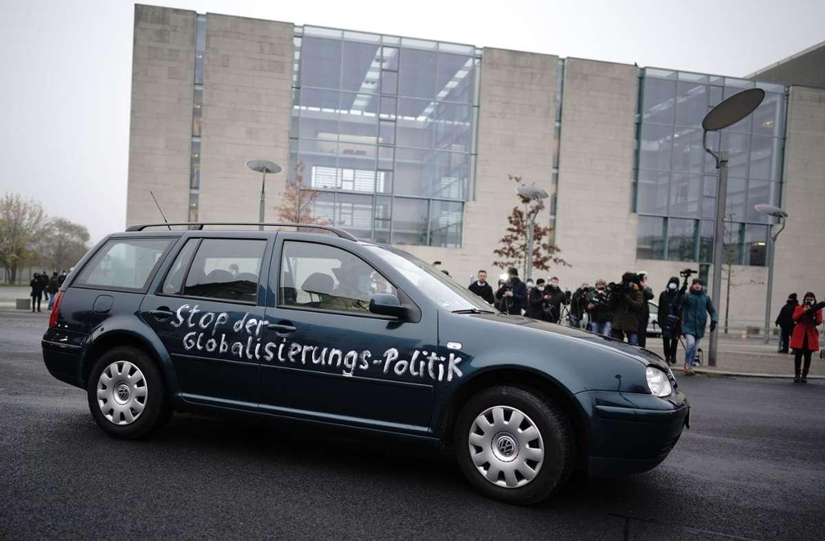 Dem Kennzeichen zufolge ist das Auto im Landkreis Lippe in Nordrhein-Westfalen zugelassen. Foto: dpa/Michael Kappeler