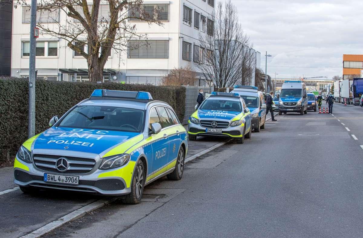 Einsatzkräfte der Polizei vor dem Verwaltungsgebäude von Lidl in Neckarsulm Foto: dpa