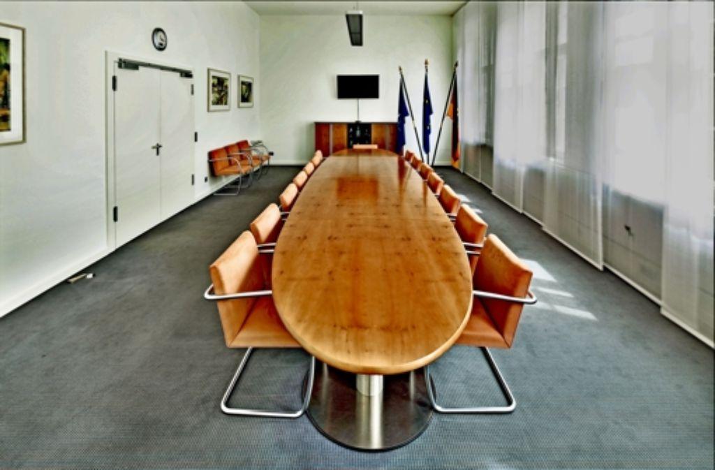 Stahlrohrstühle mit lachsfarbenem Alcantara-Bezug   haben Rudolf Scharping als Minister lange überlebt. Foto: Georg Moritz