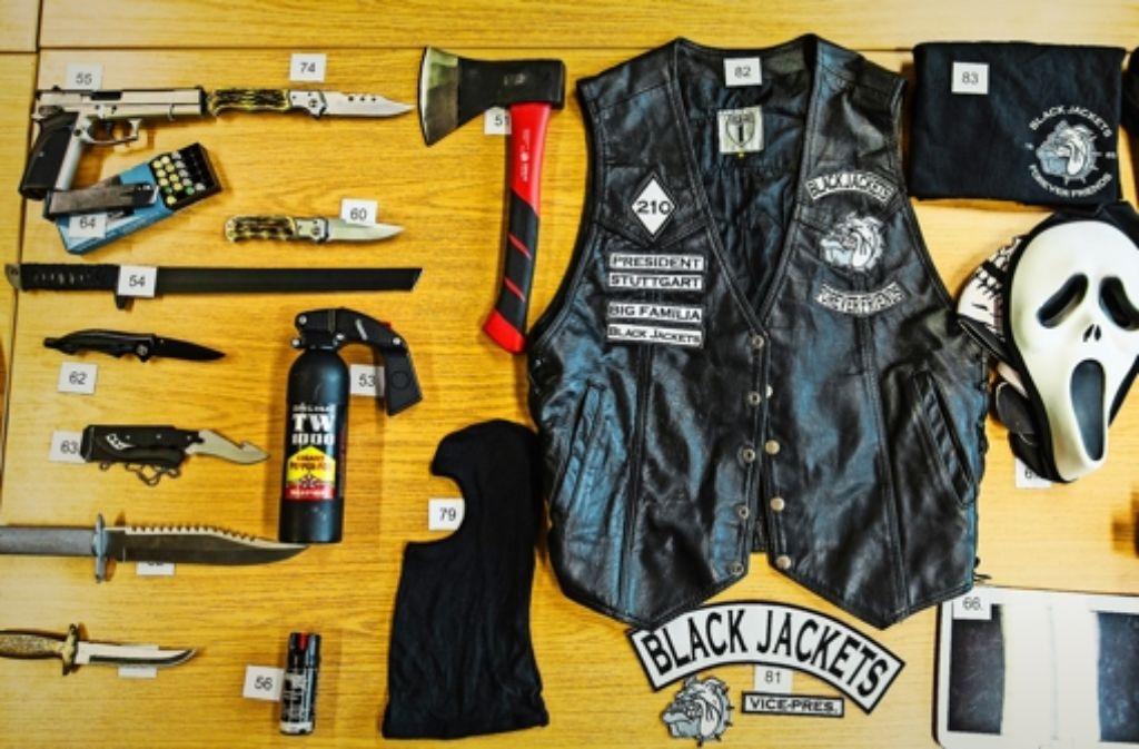Die Polizei beschlagnahmte unter anderem   Waffen und Straßengang-Insignien. Foto: dpa