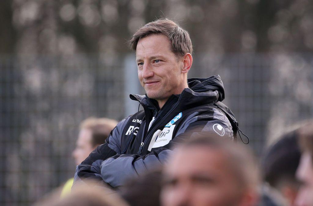 Ramon Gehrmann: Der Trainer der Stuttgarter Kickers setzt darauf, dass  Frische und Spritzigkeit bei den Spielern rechtzeitig zum Punktspielauftakt vorhanden sind. Foto: Baumann