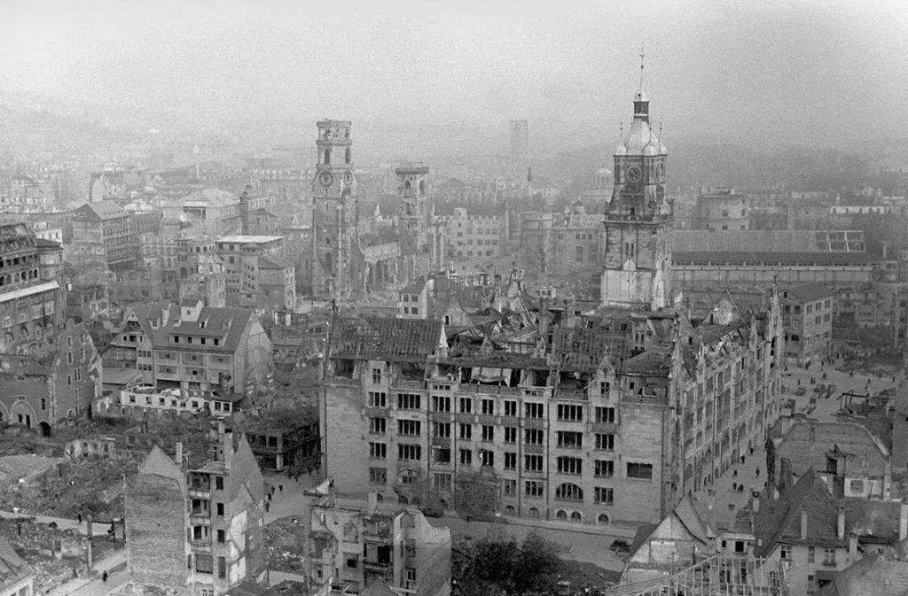 Die Stuttgarter Innenstadt am Ende des Zweiten Weltkriegs: vorne das zerstörte Rathaus, dahinter die Stiftskirche. Foto: dpa/dpaweb/A0009