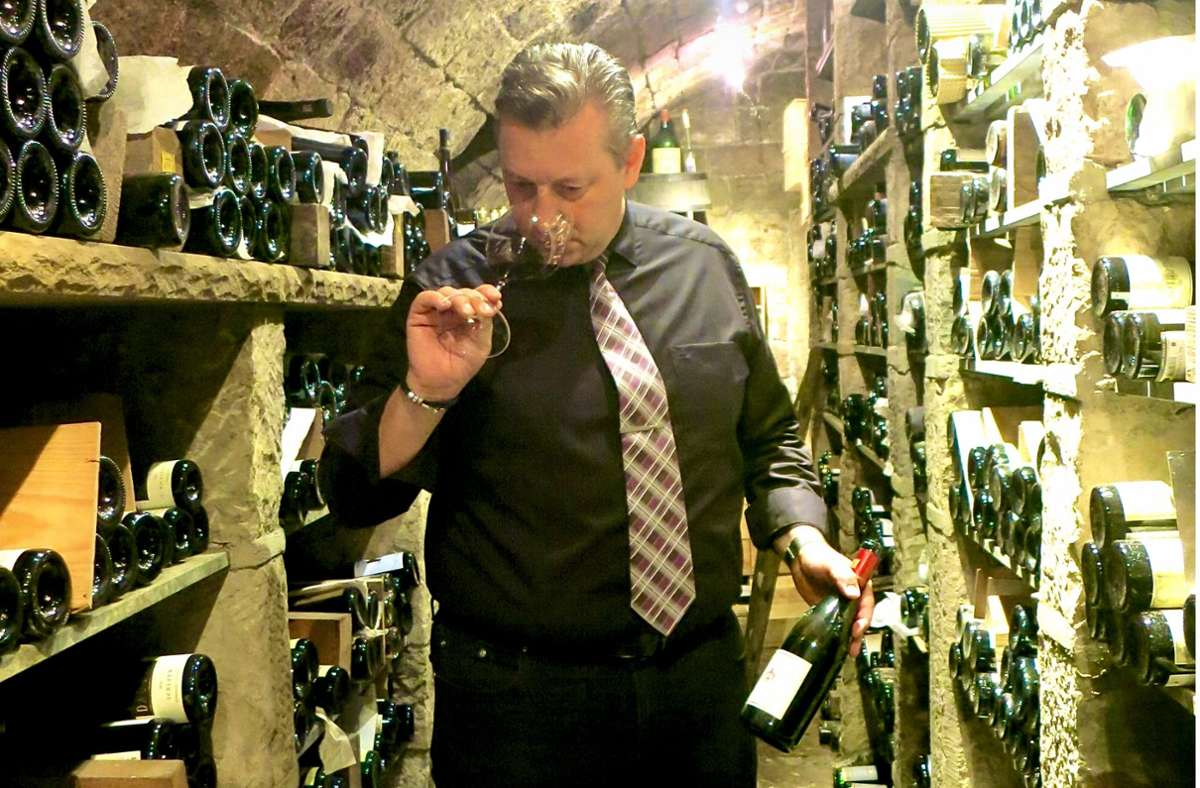 Andreas Scherle in einer seiner Schatzkammern im Gewölbekeller unter der Hohenheimer Straße. Hier sind 1400 verschiedene Weine gelagert Foto: Matthias Ring