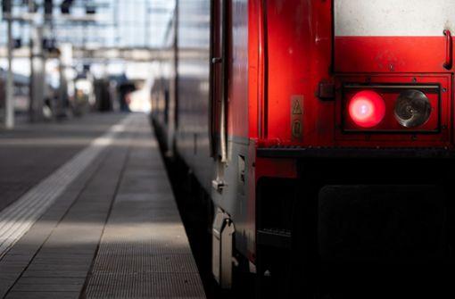 62-Jähriger ohne Mund-Nasen-Schutz greift Zugbegleiter an