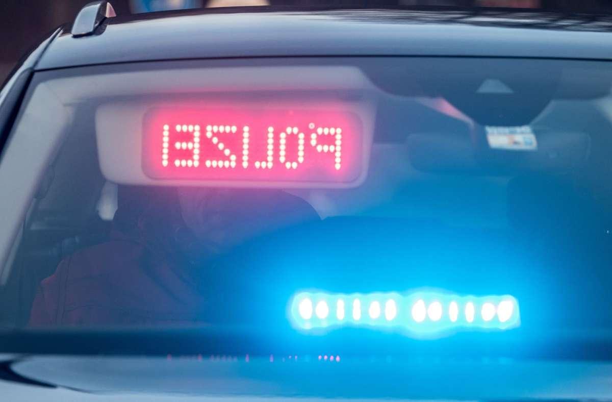 Die Polizeibeamten können den Verkehrsrowdy stoppen. (Symbolbild) Foto: dpa/Armin Weigel