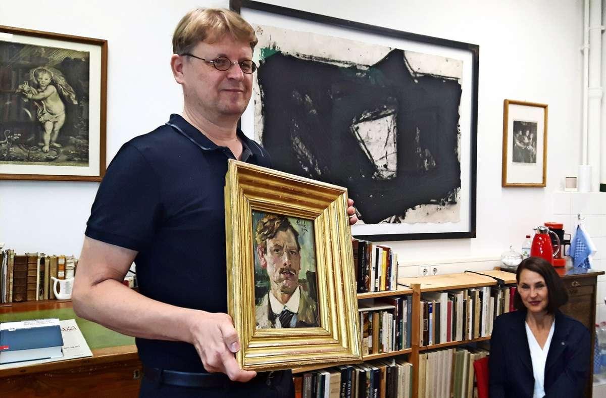 Nils Büttner und seine Frau Ulrike sind  zuständig für die Sammlung, zu der auch ein Selbstporträt von Pankok gehört. Foto: Eva Funke