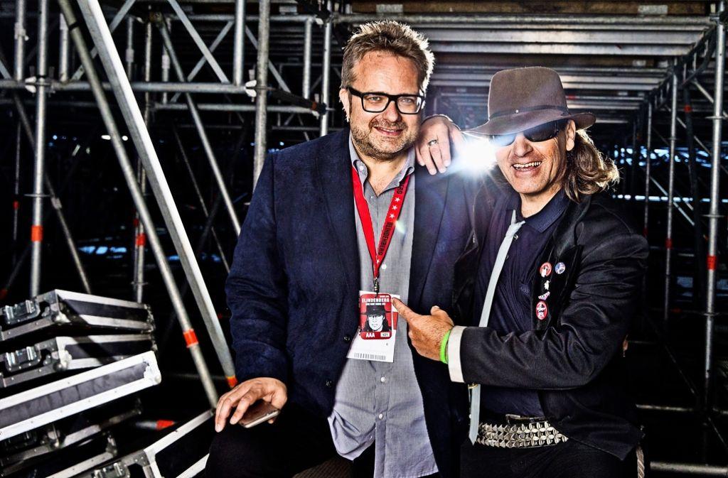 Wer ist hier echt, wer falsch?   SWR-Moderator Ben Streubel (links), der Kumpel von Udo Lindenberg, mit Double Rudi unter der Bühne der Mercedes-Benz-Arena Foto: Tine Acke
