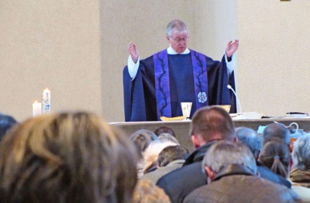 Während dem Gottesdienst haben die Sillenbucher Katholiken noch nicht geahnt, welche Nachricht sie gleich hören werden: Der Pfarrer Rossnagel geht. Foto: Sägesser